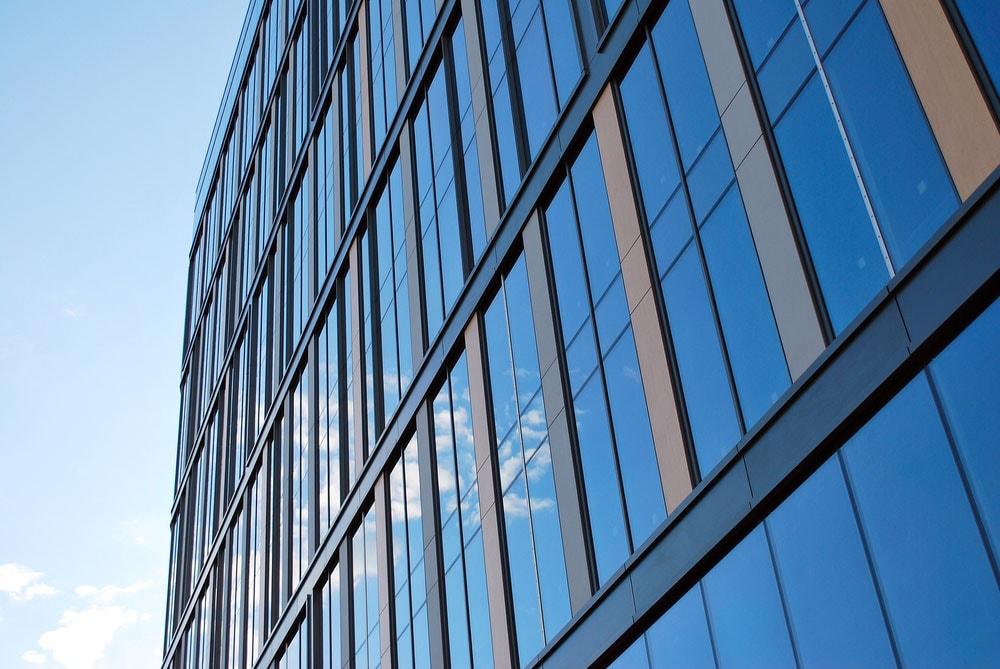 Façades d'un gratte-ciel aux larges baies vitrées